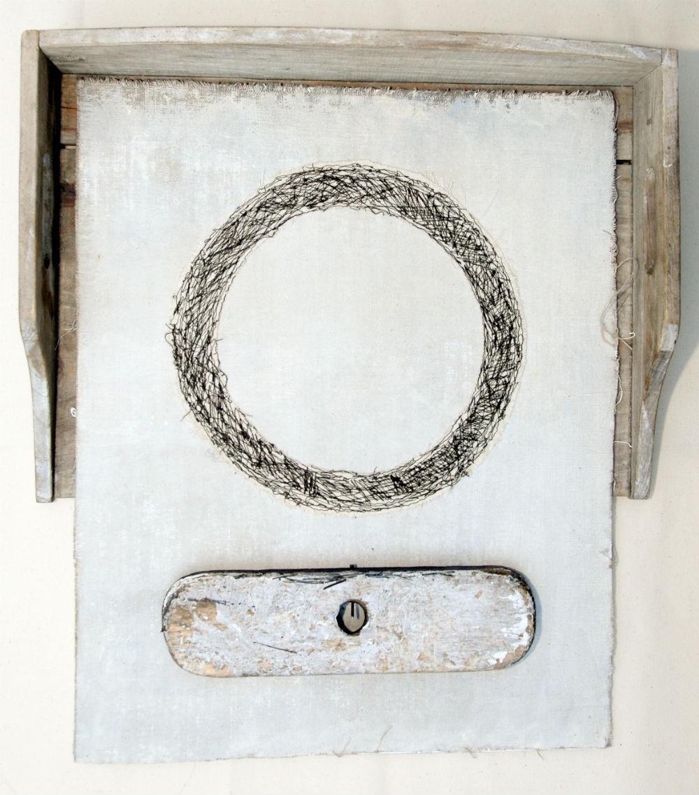 nr 3 - Assemblage - textiel - borstel afm. 45-53 cm.